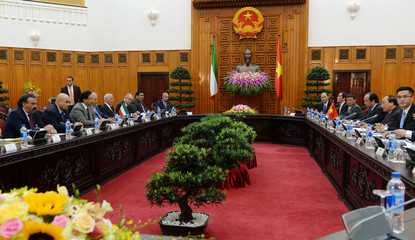 Sheikh Jaber Al-Bubarak Al-Hamad Al-Sabah (3rd L), Prime Minister of the State of Kuwait shakes speaks during his official talks with his Vietnamese counterpart Nguyen Xuan Phuc (2nd R) at Phuc's Cabinet Office in Hanoi