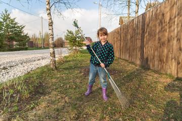 Маленькая девочка на уборке территории