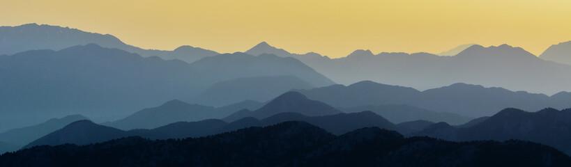 Üst Üste Binmiş Dağ Silüeti
