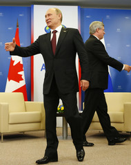 Russia's President Vladimir Putin and Canada's Prime Minister Stephen Harper walk before their meeting at the APEC Summit in Vladivostok