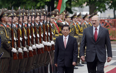 Vietnamese President Nguyen and Belarussian President Lukashenko inspect the guard of honour in Minsk