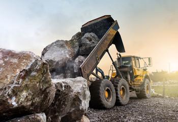 déchargement de rochers
