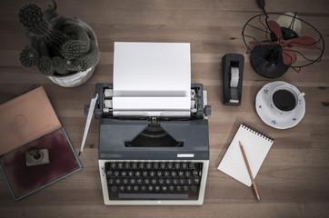 maszyna do pisania na biurku
