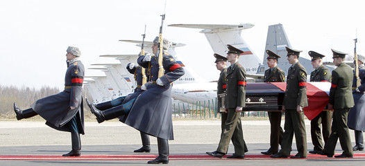 Russian servicemen carry a coffin with Polish President Lech Kaczynski during a farewell ceremony at the Smolensk airport