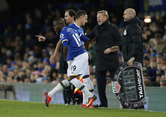 Everton's Enner Valencia comes on as a substitute to replace Phil Jagielka as manager Ronald Koeman looks on
