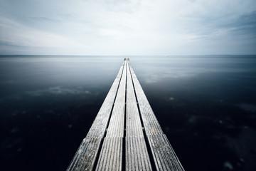 Ein Steg führt direkt ins Meer