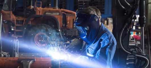 Arbeiter schweißt mit Schutzgas