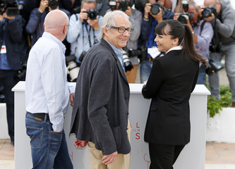 """Director Ken Loach poses with cast members Dave Johns and Hayley Squires during a photocall for the film """"I, Daniel Blake"""" in competition at the 69th Cannes Film Festival in Cannes"""