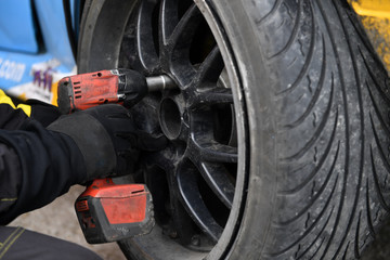 Auto mechanic changing a tyre