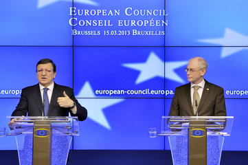 European Commission President Jose Manuel Barroso (L) and European Council President Herman Van Rompuy hold a news conference during a European Union leaders meeting in Brussels