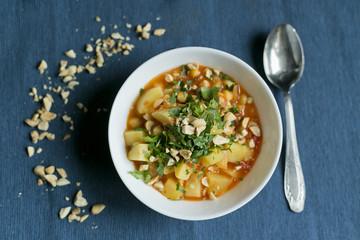 Zupa z ziemniakami, orzeszkami ziemnymi i pietruszką