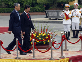 Singapore's PM Lee and Vietnam's PM Dung attend a welcoming ceremony at the Presidential Palace in Hanoi
