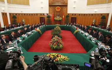 China's Premier Li Keqiang and Vietnam's PM Nguyen Tan Dung talk at the Government Office in Hanoi