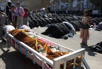 Anti-government protesters pray during funeral of protester who they said was killed by army forces loyal to Yemen's outgoing President Saleh during a rally in Taiz