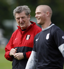 Fulham manager Hodgson talks to Konchesky during a team training session in south London