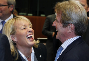 """Danish FM Espersen shares a laugh with her French counterpart Kouchner at the start of the """"Friends of Democratic Pakistan"""" meeting in Brussels"""