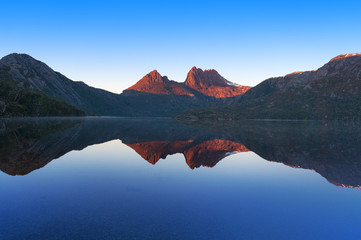 Foto auf Leinwand Reflexion Cradle Mountain landscape perfectly reflected in lake Dove