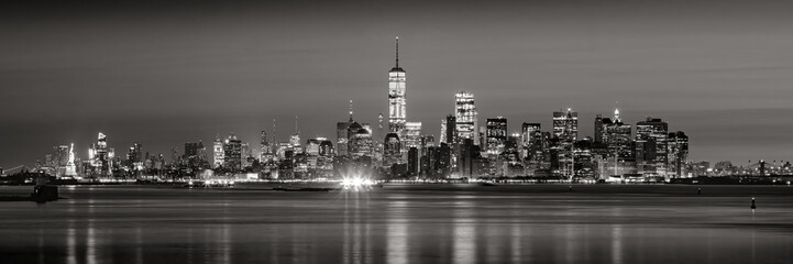 Fotomurales - Panoramic view of Lower Manhattan Financial District skyscrapers in Black & White at dawn from New York City Harbor