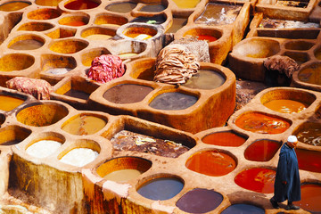 In de dag Marokko Colorful Tannery in Fes Chouara Morocco