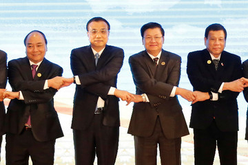 Leaders pose for photo during ASEAN-China Summit in Vientiane