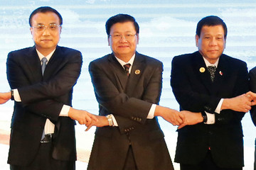Chinese Premier Li Keqiang, Laos Prime Minister Thongloun Sisoulith and Philippines President Rodrigo Duterte pose for photo during ASEAN-China Summit in Vientiane