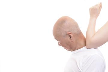 女性の手でマッサージを受けるシニア