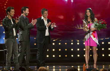"""Actress Bullock accepts the Decade of Hotness award, as actors McConaughey, Reeves and Grant applaud, at the eighth annual Spike TV's """"Guys Choice"""" awards in Culver City"""