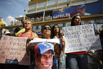 Supporters of opposition leader Henrique Capriles demosntrate in front of Capriles's campaign headquarters in Caracas