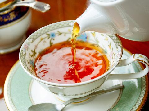 紅茶をそそぐ瞬間