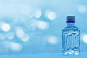 ペットボトルの水 きらめく水面