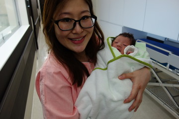 赤ちゃんを抱っこするママ 産科入院中 出産当日