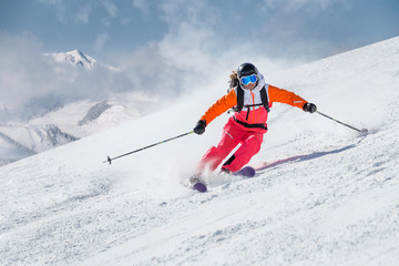 Foto op Plexiglas Wintersporten Female skier on a slope in the mountains
