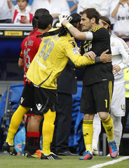 Real Madrid goalkeeper Casillas is congratulated by Real Mallorca's goalkeeper Aouate before their Spanish First Division soccer match in Madrid