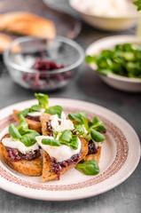 Heatly food toast with onion and mozzarella
