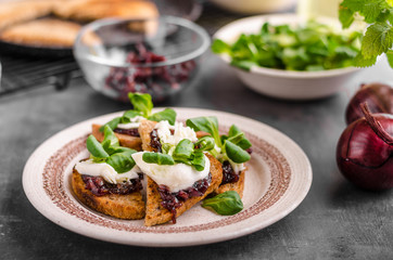 Heatly food toast with onion and mozzarella