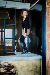 Femme dans l'usine abandonné