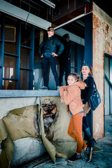 En famille dans l'usine abandonné