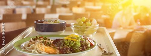 banner tablett mit essen in einer mensa bzw kantine stockfotos und lizenzfreie bilder auf. Black Bedroom Furniture Sets. Home Design Ideas