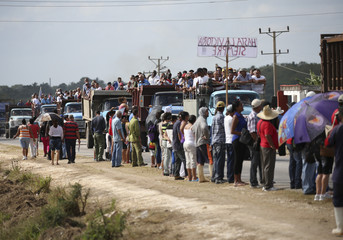 People await the caravan carrying the ashes of Fidel Castro in Colon