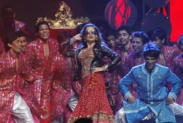 Bollywood actress Kangna Ranaut (C) performs during the International Indian Film Academy (IIFA) show in Toronto June 25, 2011.  REUTERS/Mark Blinch/Files