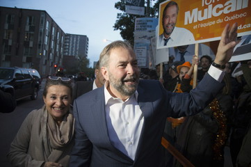 Mulcair and his wife arrive for the French language leaders' debate in Montreal