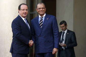 France's President Hollande greets Mauritius' Prime Minister Navinchandra Ramgoolam in the courtyard of the Elysee Palace at the start of the Elysee Summit for Peace and Security in Africa, in Paris
