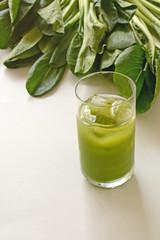 青汁と緑の野菜 白バック