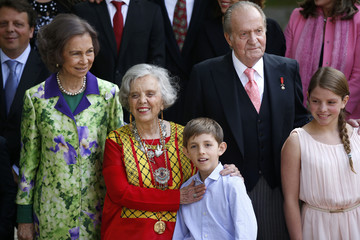 """Elena Poniatowska poses with relatives and King Juan Carlos and Queen Sofia after traditional ceremony where Poniatowska received the """"Premio Cervantes"""" award at University of Alcala de Henares, near Madrid"""