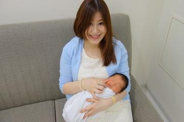 赤ちゃんを抱っこするママ 産科入院中 生後5日目