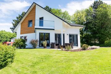 weisses Einfamilienhaus im Grünen