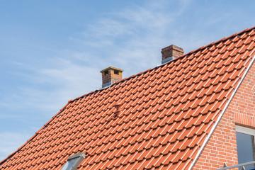 Schornsteine auf einem Dach