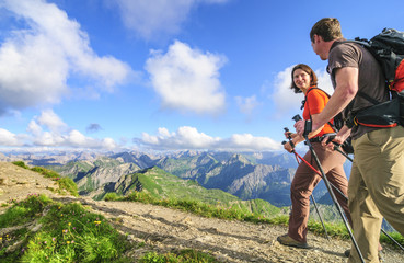 zu Fuß unterwegs am Nebelhorn im Allgäu