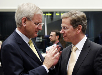 Swedish FM Bildt talks to his German counterpart Westerwelle during a European foreign ministers meeting in Luxembourg