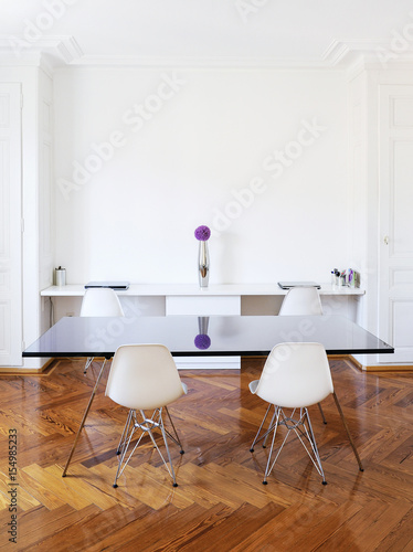 Salle à manger et bureau dans un bel immeuble hausmannien avec ...